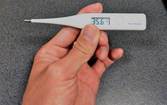 朝体温を測っている男