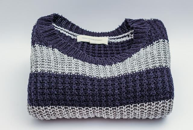 折りたたんであるセーター