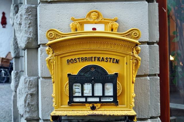 郵便ポストに投函する