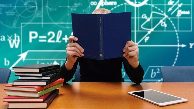 学校で勉強する