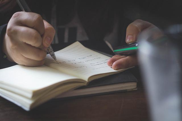 メモを書く男性