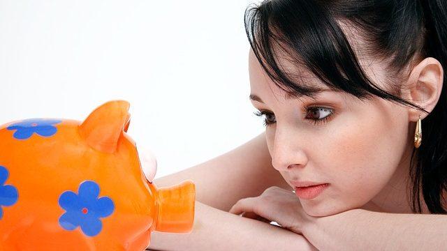 貯蓄をする女性